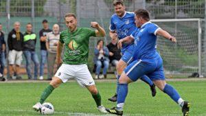 Mit seinen 36 Jahren möchte Vallstedts Juri Rudi (grünes Trikot) der Mannschaft weiterhin auf dem Feld helfen. © Foto: Isabell Massel